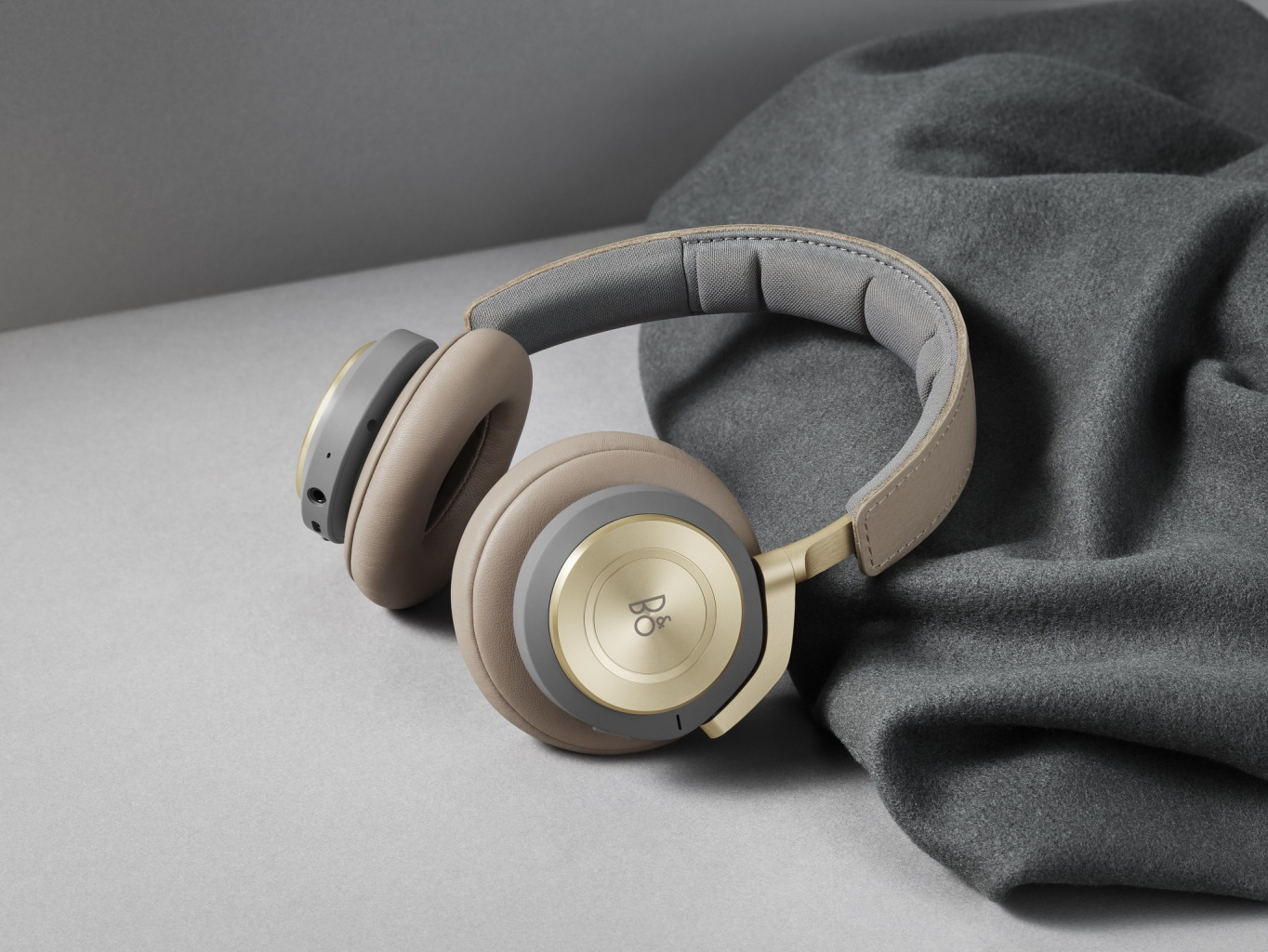 bang-and-olufsen-beoplay-h9-02.jpg